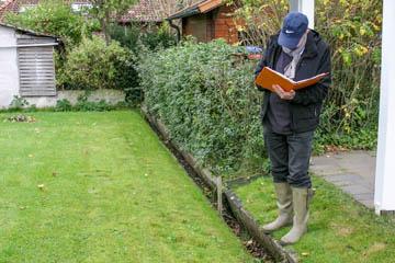 Hans-Peter Blohm an einem Miniaturgraben vom Wasserverband Nettelnburg. Aber auch der zählt als Verbandsgraben.