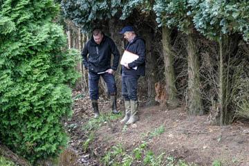 Hans-Peter Blohm und Thorsten Philippi vom Wasserverband Nettelnburg am Rande eines dichten Urwaldes. Aber ein Schauweg ist vorhanden.