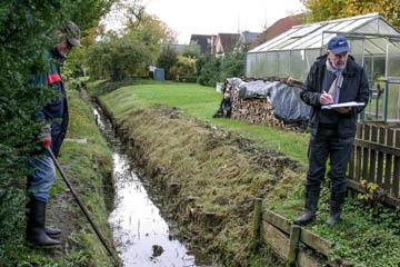 Horst Hülden und Hans-Peter Blohm vom Wasserverband Nettelnburg entscheiden über die Zulässigkeit einer Holzwand als Grabenböschung.