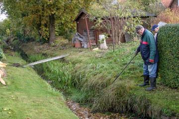Horst Hülden vom Wasserverband Nettelnburg ist erstaunt über die ungemähte Böschung des Grabens.