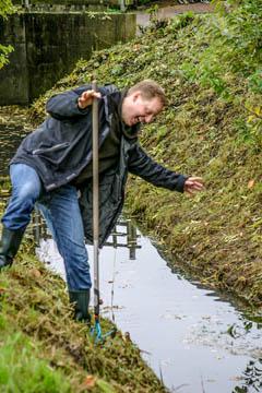 Jens Bornhöft vom Wasserverband Nettelnburg kurz vor dem Fall ins Wasser. Auch hier kein Schauweg und eine steile Böschung.