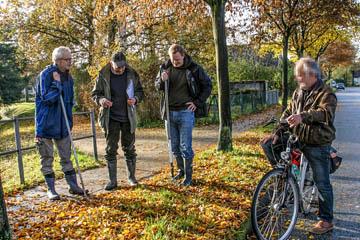 Herbert Pankotsch, Hans-Peter Blohm und Jens Bornhöft vom Wasserverband Nettelnburg hier im freundlichen Gespräch mit einem Verbandsmitglied und Nachbarn.