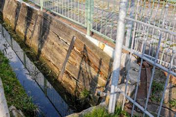 Hier ist nur eine Frage der Zeit, bis die gesamte Einfahrt in den Graben rutscht und den Abfluss der Gräben dahinter blockiert. Eine Überschwemmung in den entsprechenden Gärten wäre dann die Folge.