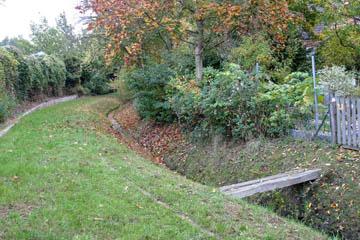 Eine Holzbrücke am Oberen Landweg. Der Graben führt wenig Wasser und hat kein großes zu entwässerndes Hinterland. Alles in Ordnung.