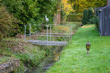 Ein spezifisch für diesen Graben hergestelltes Brückenmodell aus verzinktem Metall mit Geländer.