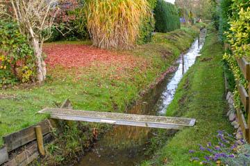 Hier wieder eine Gerüstteilbrücke aus verzinktem Metall. Eigentlich hoch genug.