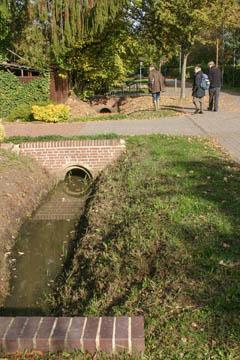 Typische Grundstücksüberfahrt. Der Graben wird als Rohr darunter durchgeführt.