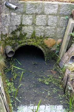 Diese Verrohrung verbindet die Einfahrt mit dem Rest des Grundstücks.