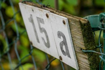 Kennzeichnen der Grundstücke mit Hausnummern am Graben