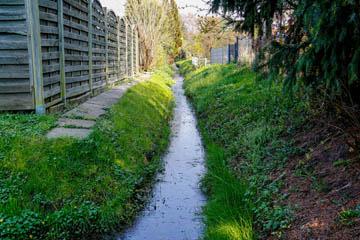 Schauweg freihalten, dieser Weg darf weder durch Zäune, Tore, Pforten, Büsche, Bäume usw. versperrt sein.